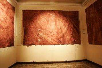 narcomensajes-2009-_-textos-bordados-en-hilo-de-oro-sobre-telas-impregnadas-de-sangre-recogida-en-lugares-donde-ocurrieron-asesinatos-composta